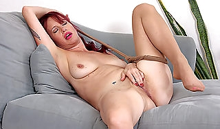 American milf Heidi gives the brush pussy a workingout
