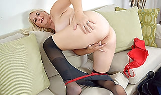 American milf Anna Moore needs obtaining elsewhere on touching nylon